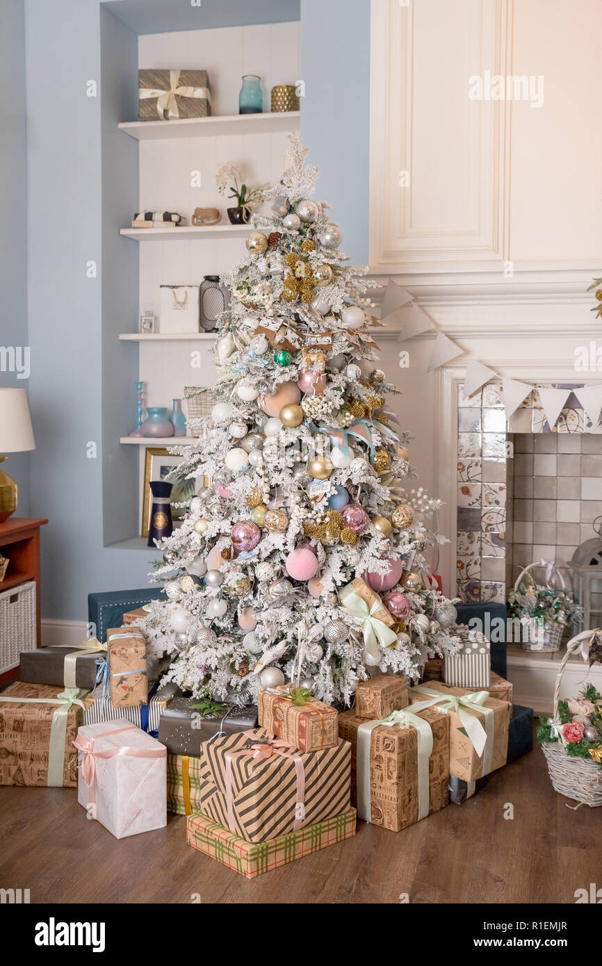 Interno Soggiorno Con Un Albero Di Natale E Decorazioni Bella