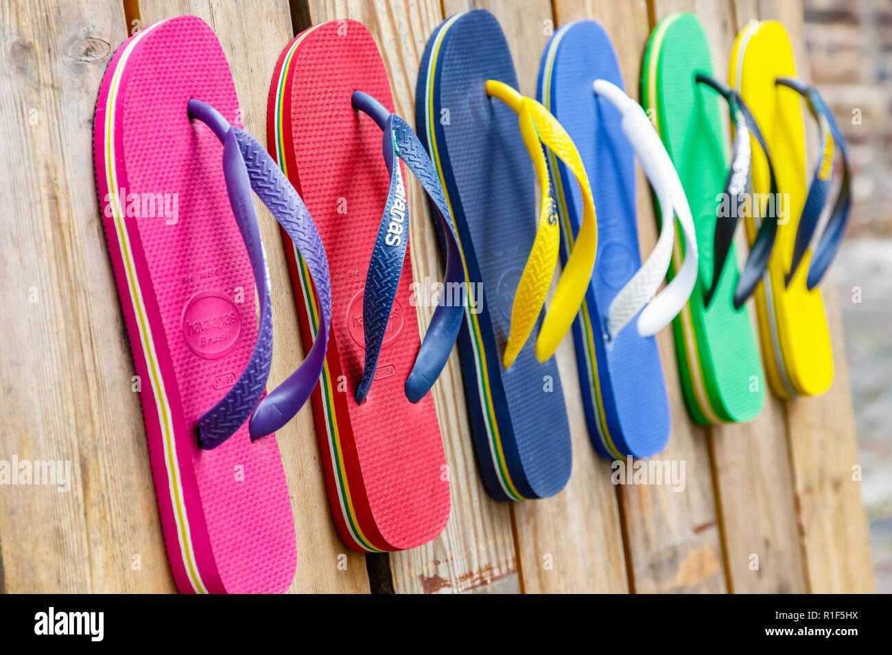 London, Regno Unito - 1 Settembre 2018 - flip flop in vari colori sul display a Camden Town Immagini Stock