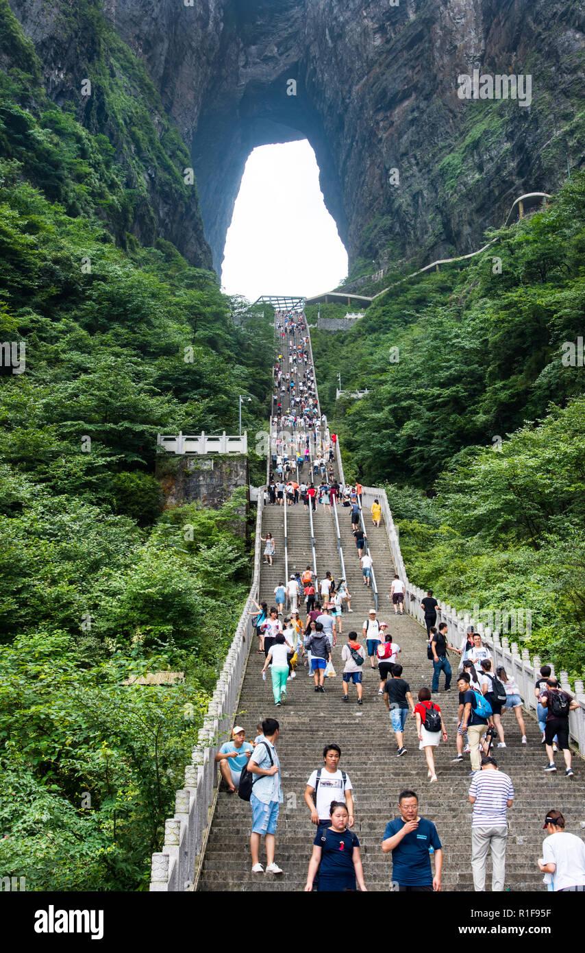 ZHANGJIAJIE, Hunan, Cina - 12LUG2018: la scala fino al cielo della porta sulla montagna Tianmen. Immagini Stock