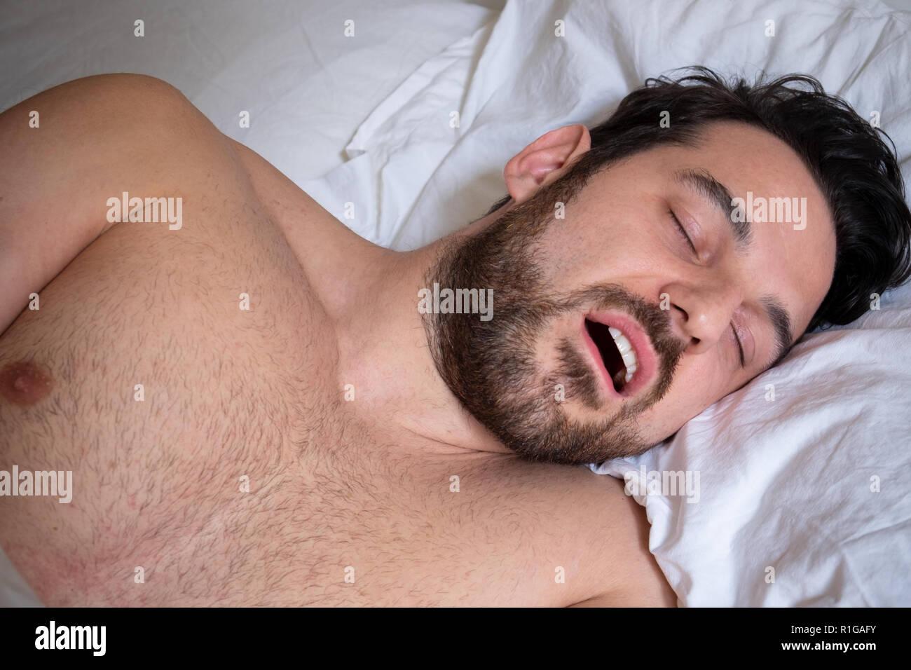 L'uomo faccia espressione il russamento e sofferenza apnea Immagini Stock