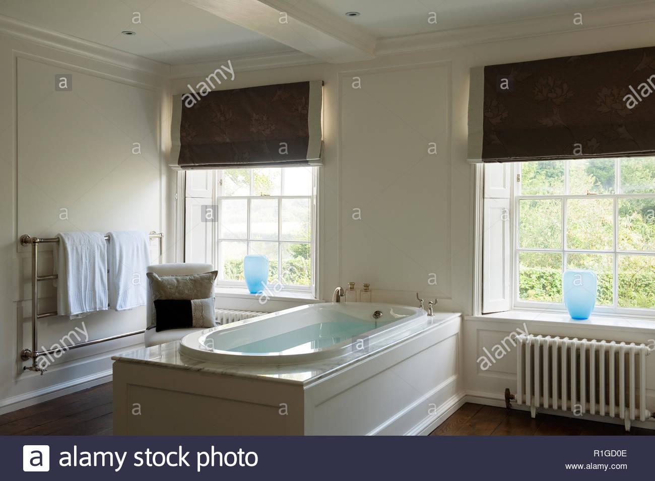 Bagno completo con vasca nella stanza da bagno di stile del paese