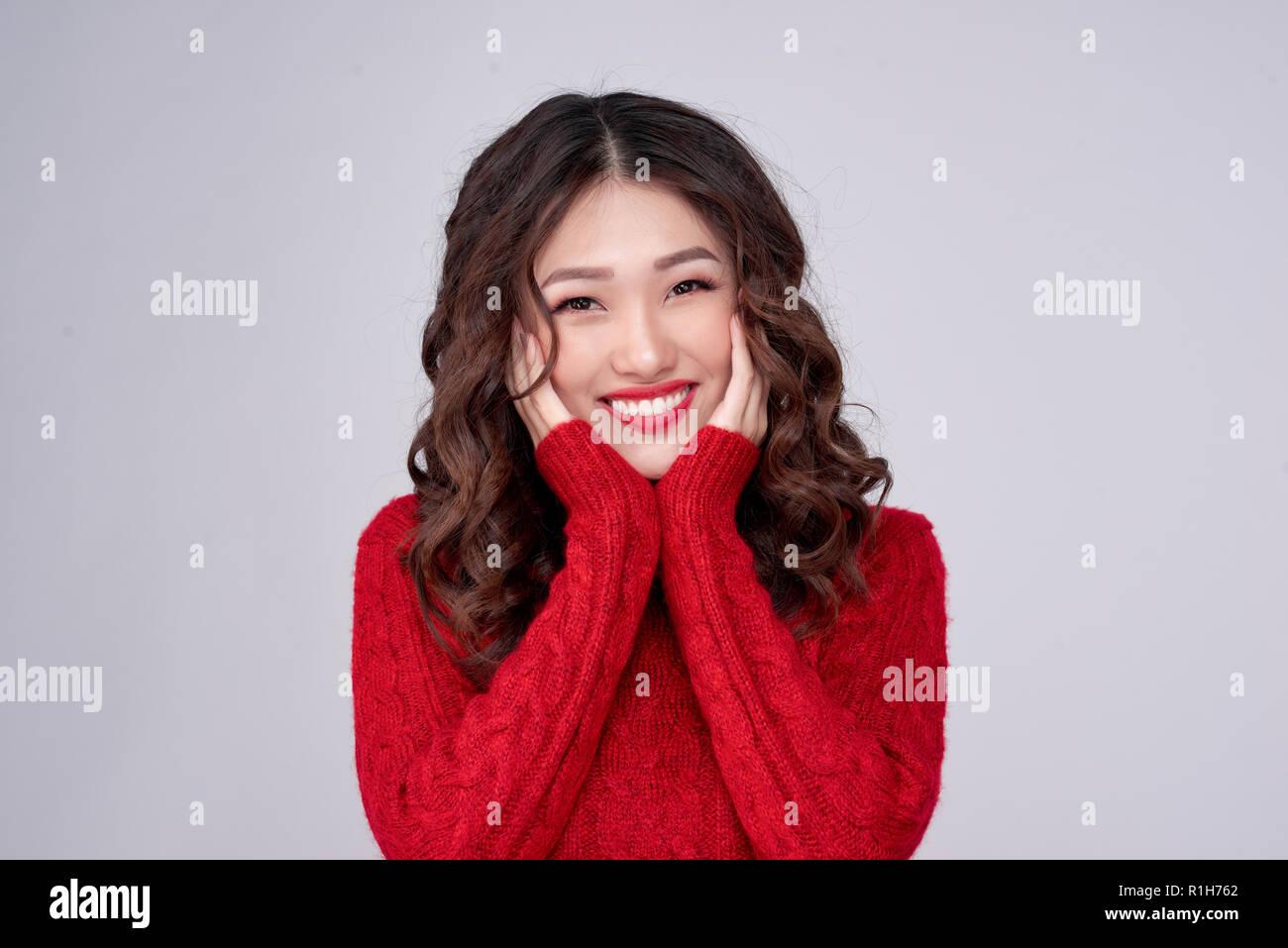 3430d606ca76 Ritratto di bellezza inverno ragazza asiatica in maglia rosso vestito di  lana. Vacanze di Natale