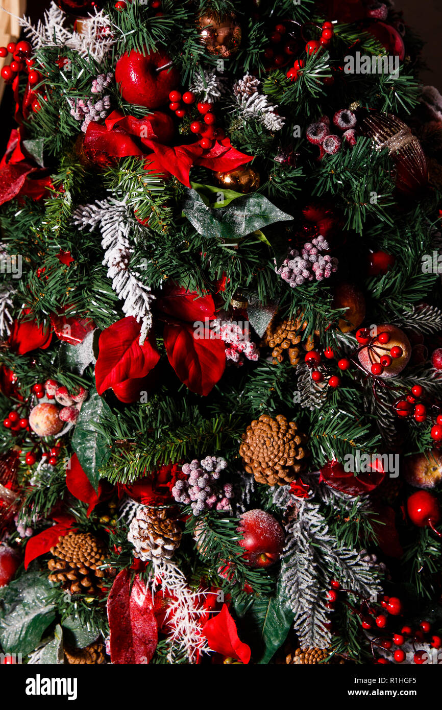 Albero Natale Decorato Rosso foto di albero di natale decorato con i coni, bacche rosse