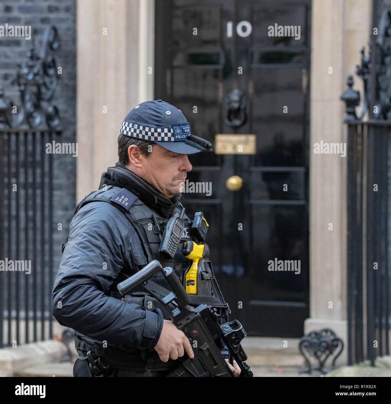 Londra, Regno Unito. 13 novembre 2018, un poliziotto armato di pattuglie al di fuori 10 Downing Street, Londra Credit Ian Davidson/Alamy Live News Foto Stock