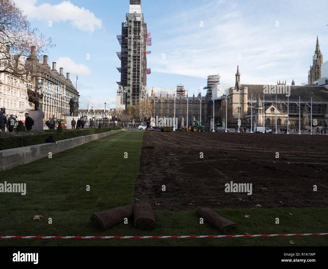 Londra, Regno Unito. Il 13 novembre 2018. Il prato nel centro della piazza del Parlamento di essere sostituito dopo diversi anni. Il vecchio erba era usurata e ha sofferto molto durante questo anno estate secca. Dopo il ribaltamento e livellamento del terreno, il nuovo manto erboso viene prevista. Il lavoro sarà completato questo giovedì. Credito: Joe Kuis /Alamy Live News Foto Stock