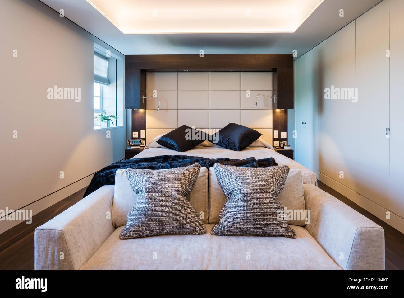 Camera Da Letto Bianco E Nero : Moderna camera da letto in bianco e nero foto & immagine stock