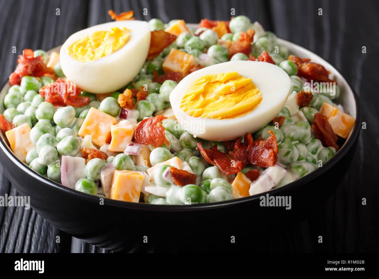 Cucina inglese pea insalata con le uova sode, cipolla, pancetta e ...