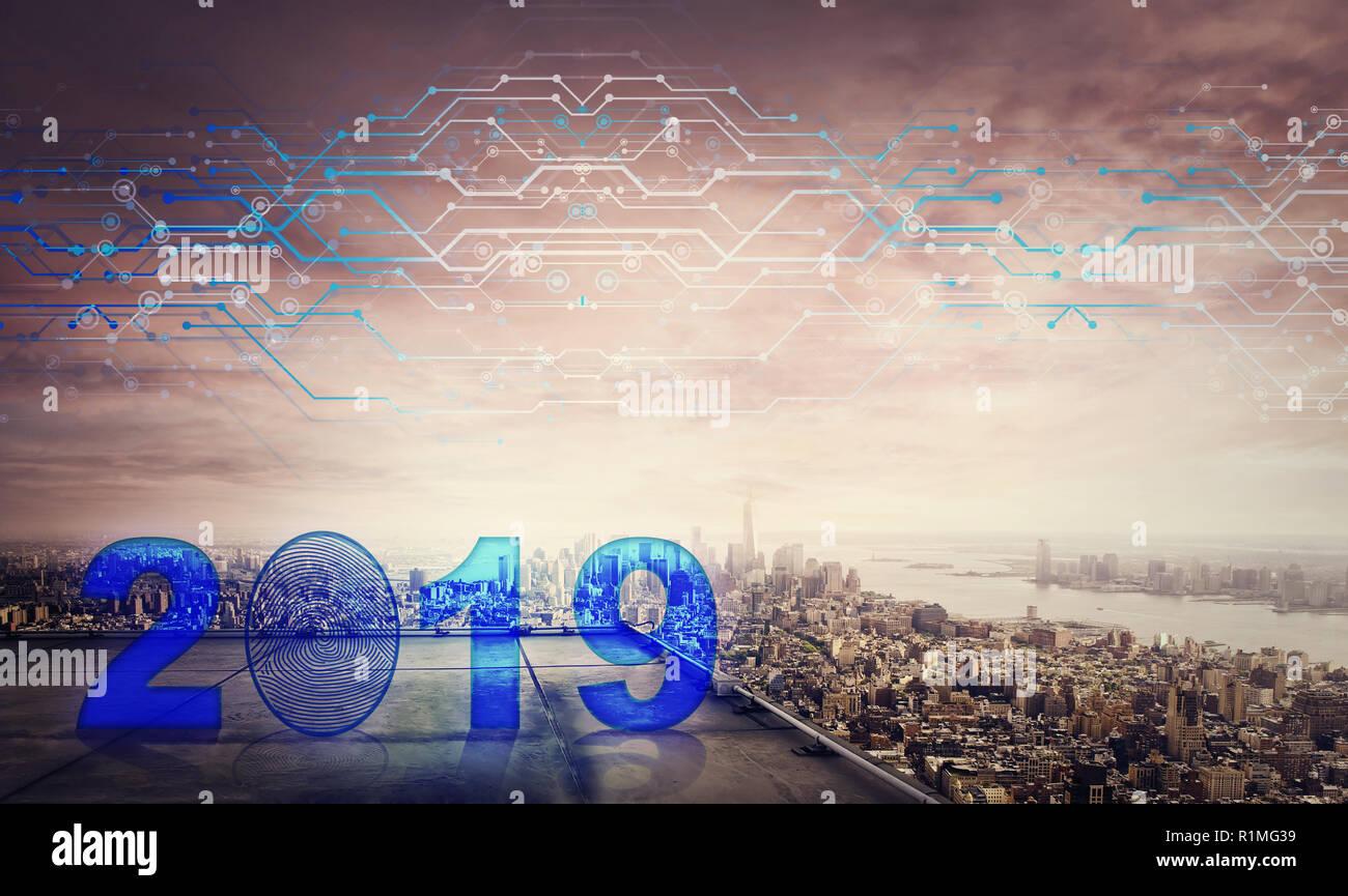 Blu icona 2019 ologramma sul tetto di un grattacielo più grande città tramonto orizzonte, doppio effetto di esposizione. Sbloccare il nuovo anno e avviare busines Foto Stock