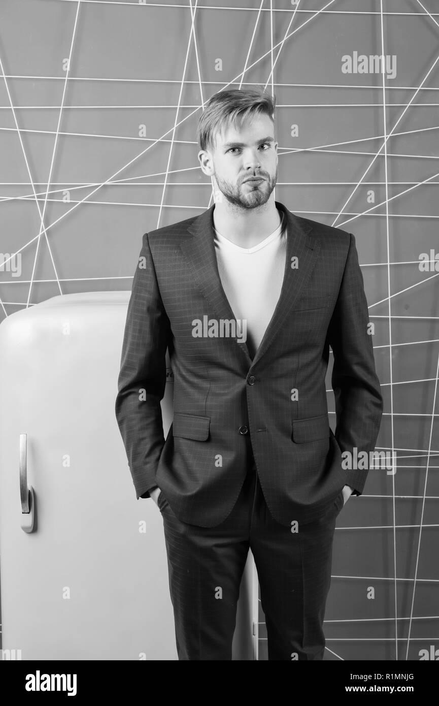 Formale uomo elegante abito stand vicino al retro vintage giallo  frigorifero. Corso di laurea affamato ragazzo di pensare a cosa mangiare  vicino al ... 52dacad37f77