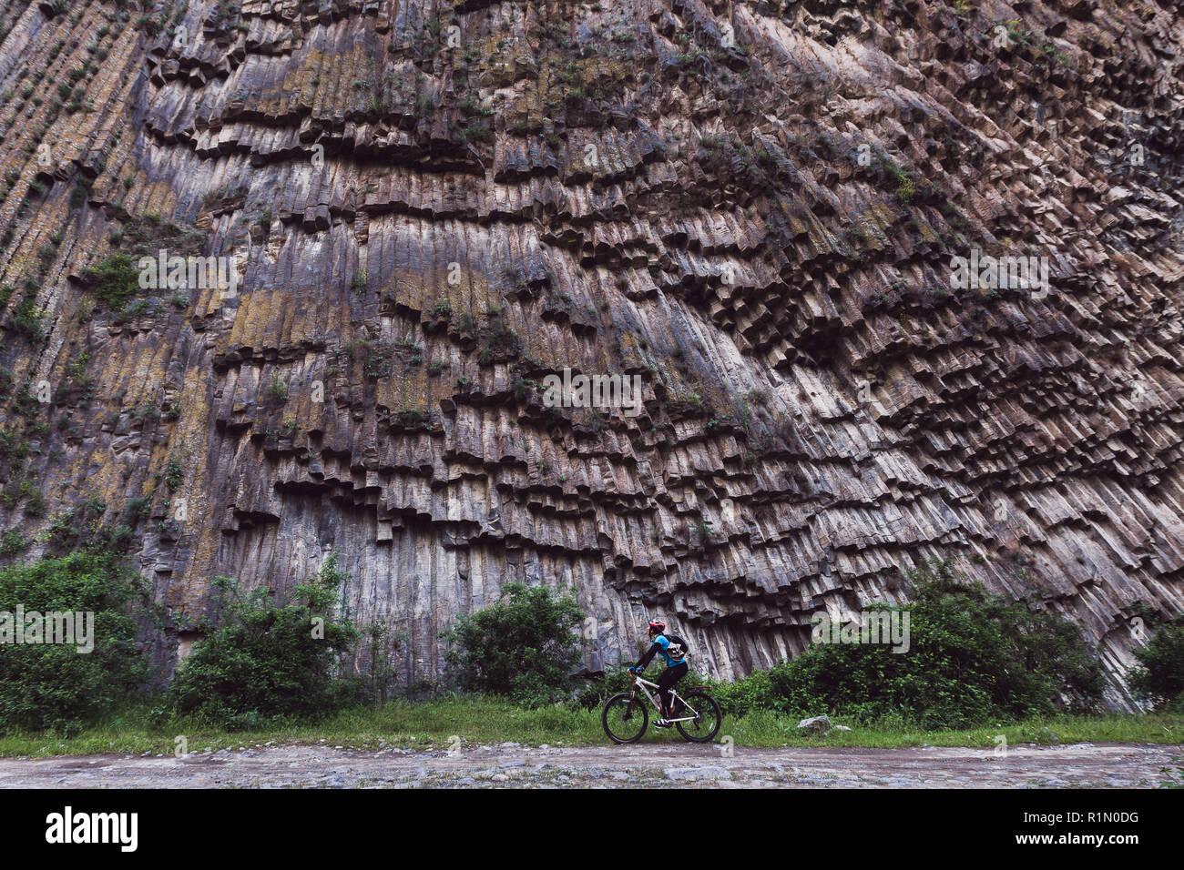 Tavel in bici in canyon pietre Sinfonia in Armenia Immagini Stock