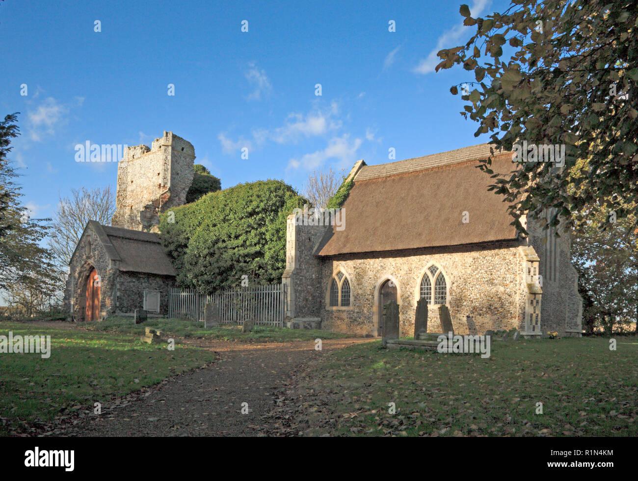 Una vista parzialmente in rovina la chiesa di tutti i santi a Billockby, Norfolk, Inghilterra, Regno Unito, Europa. Immagini Stock