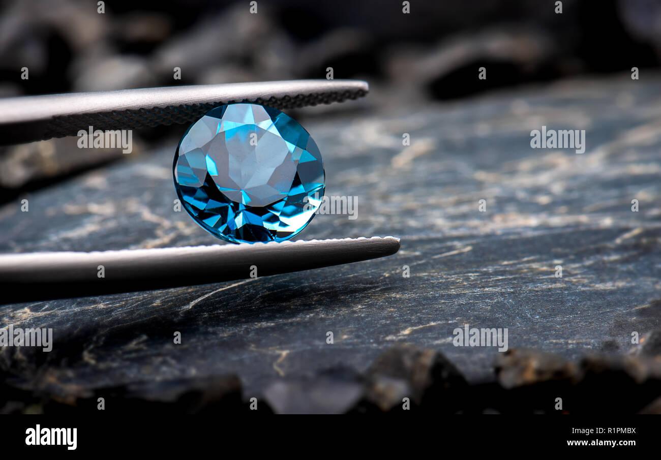 Topazio azzurro pietre preziose gioielli foto con pietra nera e