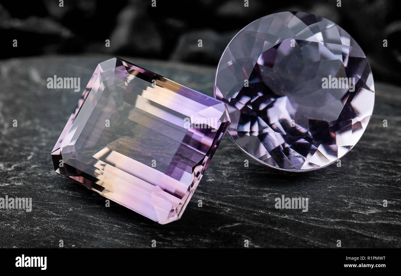 Ametrin pietre preziose gioielli con pietra nera di sfondo scuro e