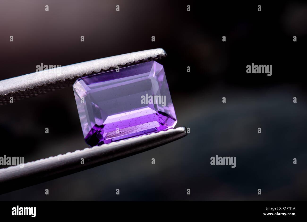 Viola ametista pietre preziose gioielli foto con illuminazione scuro