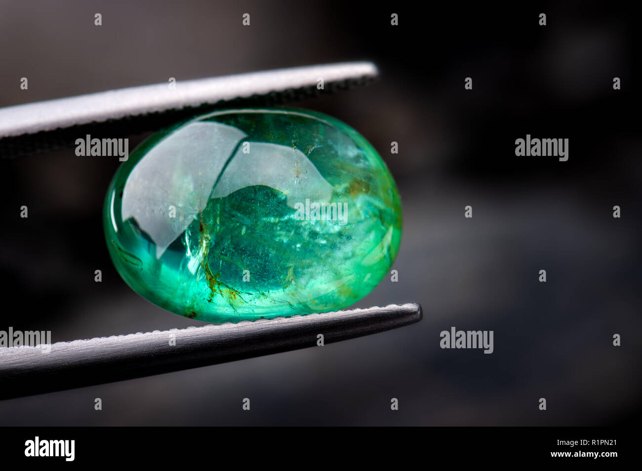 Lo smeraldo pietre preziose gioielli foto con illuminazione scuro