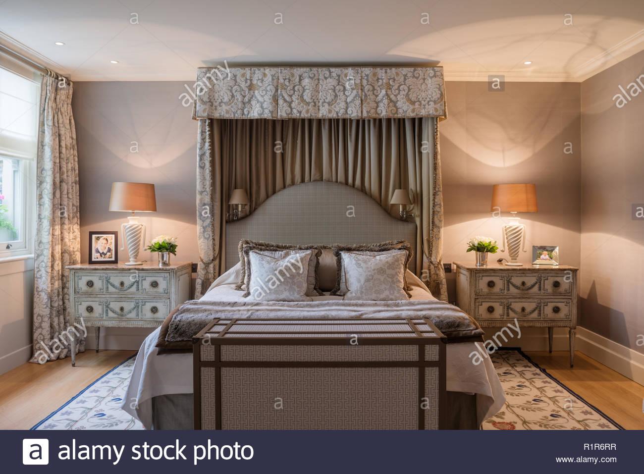 Letto a baldacchino in camera da letto lussuosa Foto & Immagine ...