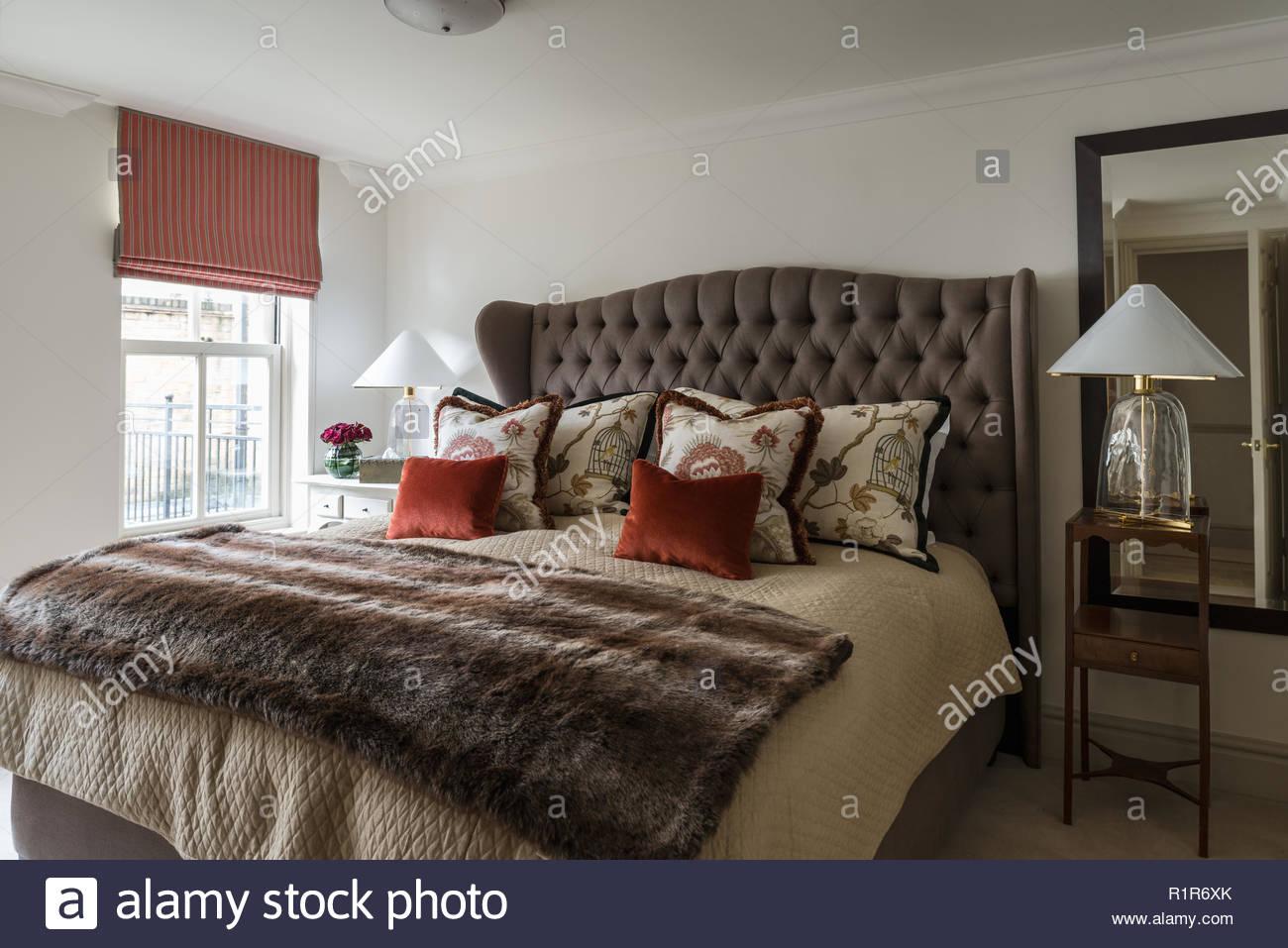 Camera Da Letto Rossa E Grigia : Grigio e rosso camera da letto dai toni foto immagine stock