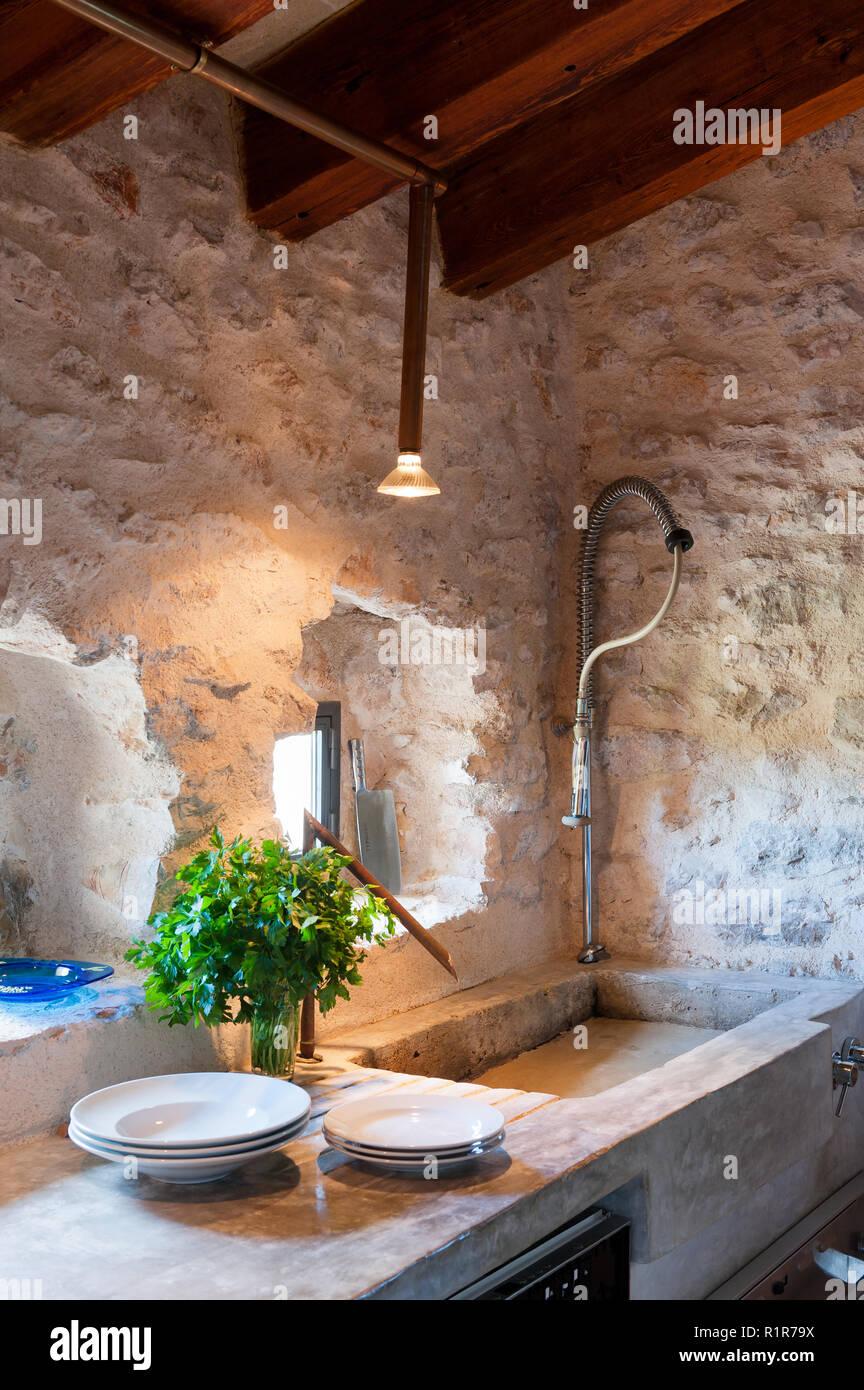 Lavello in cucina rustica Foto & Immagine Stock: 224860102 - Alamy