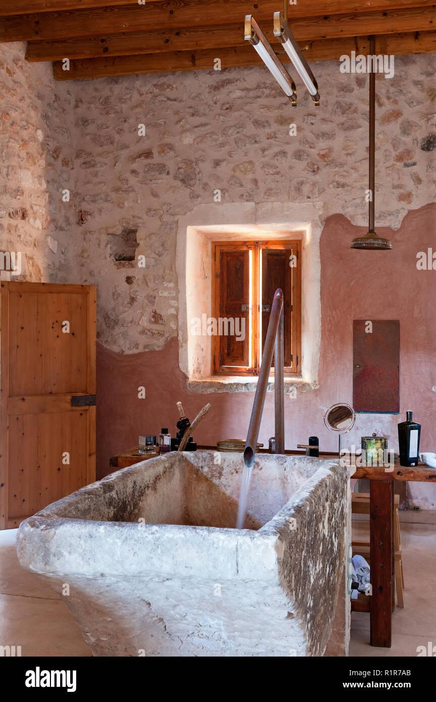 Rustico Bagno Con Vasca Da Bagno In Pietra Foto Immagine Stock