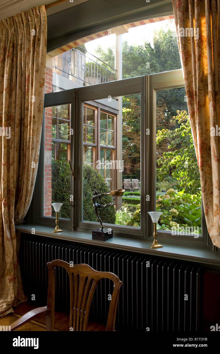 Sedia da finestra nel paese in stile sala da pranzo Foto ...