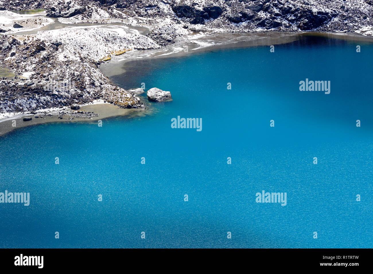 Laguna Cochagrande ai piedi della coperta di neve cochas mostra lo splendore della sua purezza e bellezza Immagini Stock