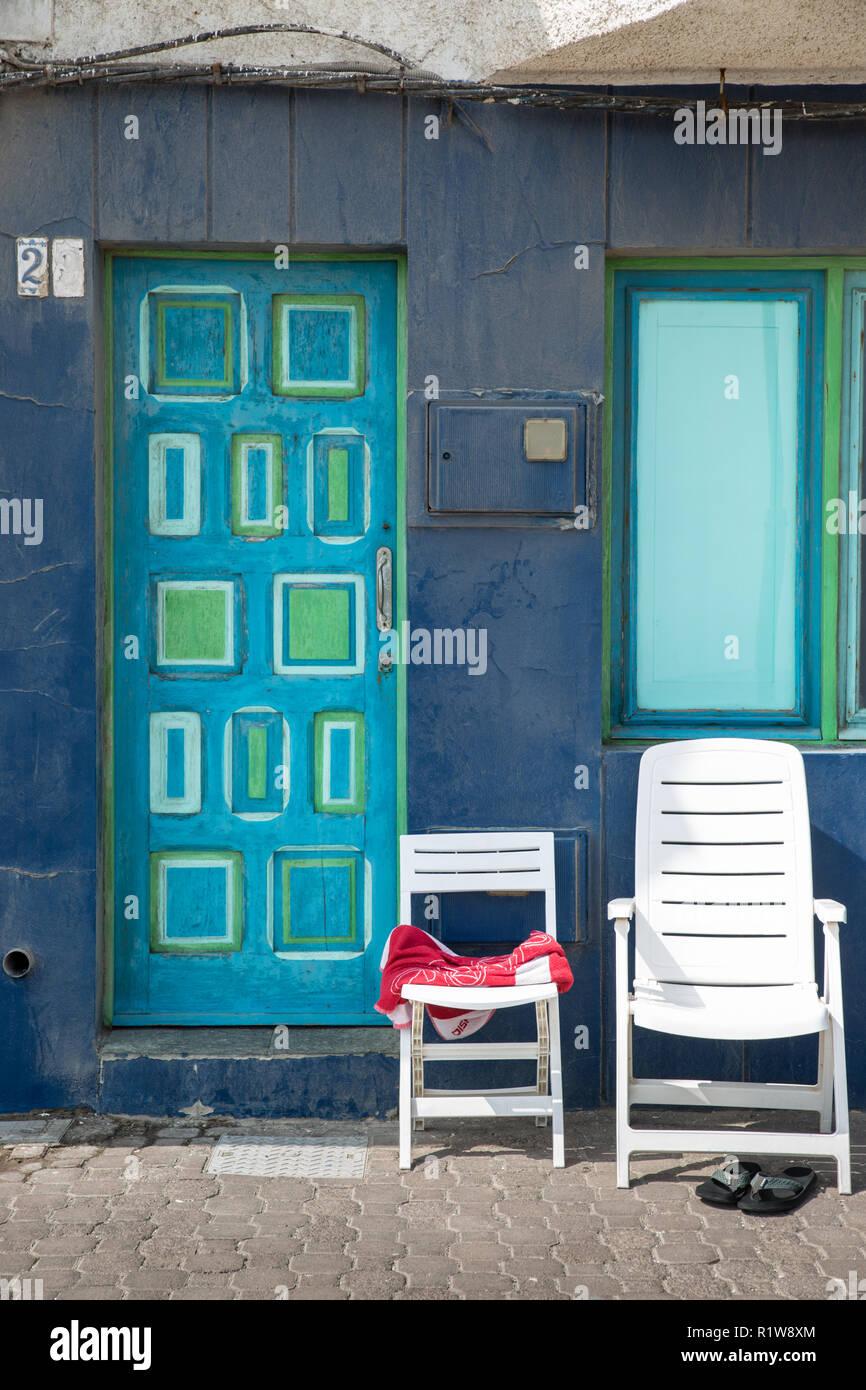 Le Sedie Vuote.Due Sedie Vuote Sul Lungomare Contro Una Parete Blu E Blu E