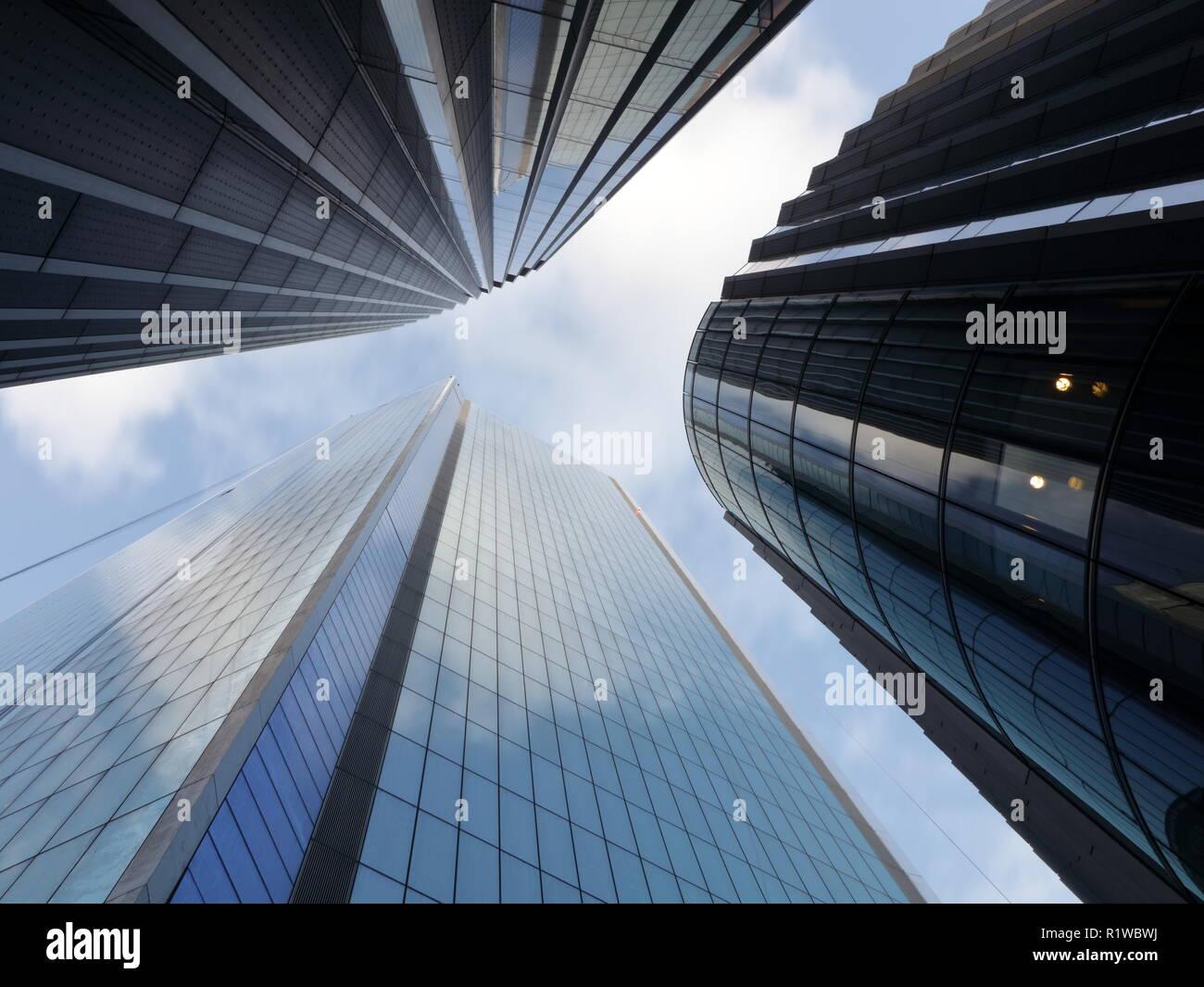 Guardare in alto accanto ai grattacieli con sky riflessioni sugli alti edifici della città di Londra. Città moderna look. Londra, Undershaft, Aviva Foto Stock
