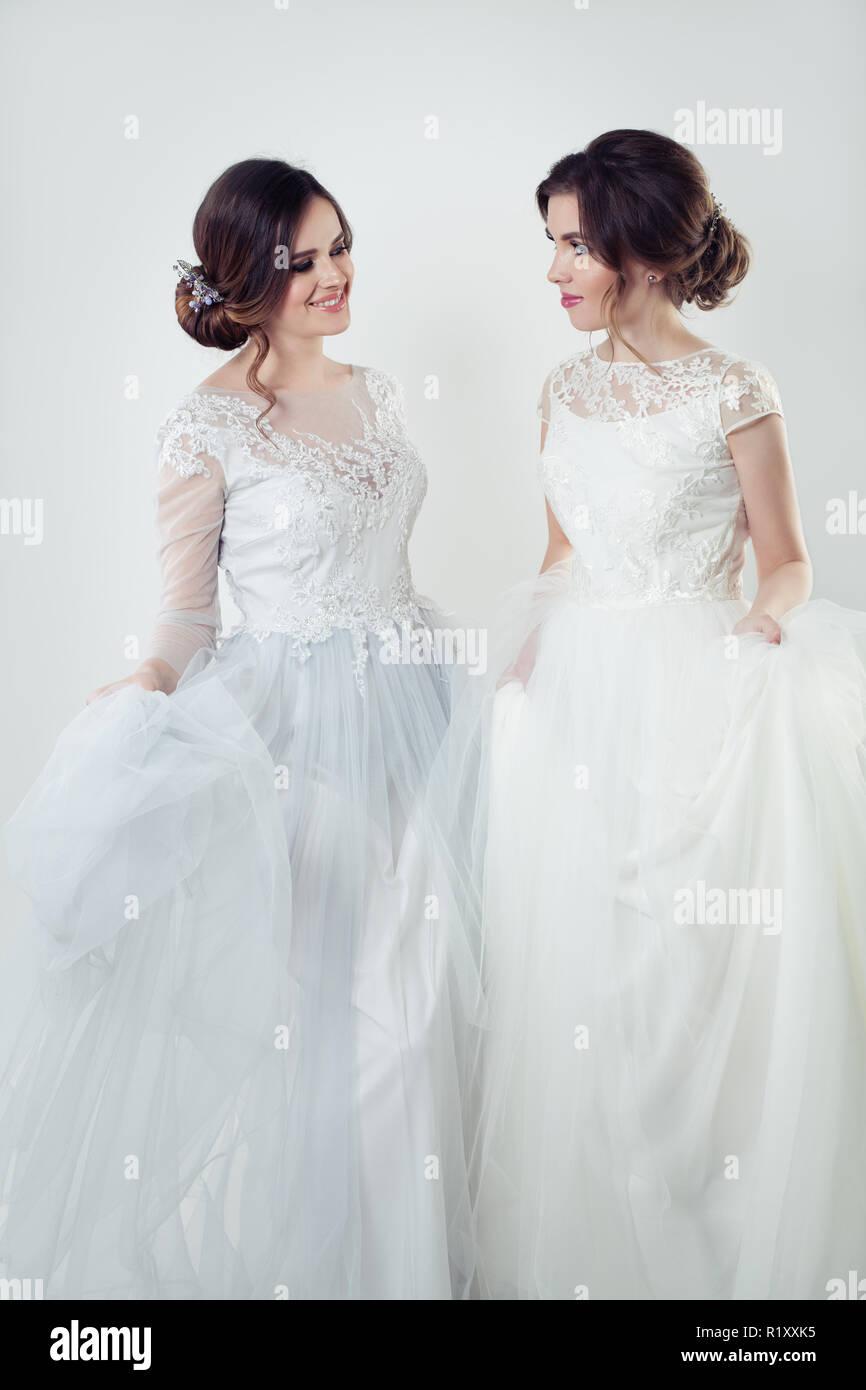 low priced c91d2 03f21 Sorridere le giovani donne in elegante abito bianco. Due ...