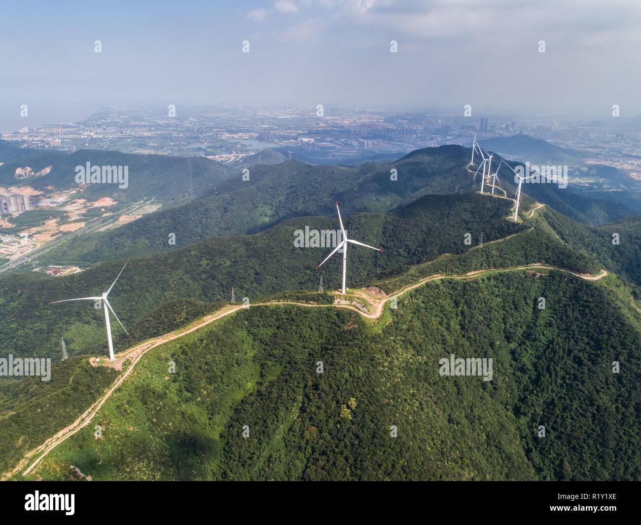 (181115) -- PECHINO, nov. 15, 2018 (Xinhua) -- Foto aeree prese su agosto 23, 2018 mostra la Bianshan wind farm in Changxing County, est della Cina di Provincia dello Zhejiang. Secondo l'Ufficio Nazionale di Statistica, della Cina di generazione di potenza è salito al 7,2 percento di anno in anno nei primi dieci mesi del 2018. Nel solo mese di ottobre, la Cina ha generato 533 miliardi di kilowattora (kWh) di potenza, fino a 4,8 per cento anno su anno, più veloce del 4,6-percentuale di crescita nel mese di settembre. La media giornaliera di generazione di potenza ha raggiunto 17,2 miliardi di kWh, il bordo verso il basso a partire da 18,3 miliardi di kWh in settembre. La Cina ha visto una crescita più veloce tasso di hy Immagini Stock