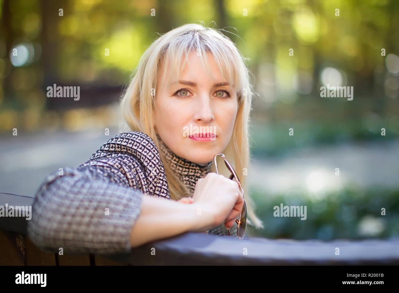 Quaranta anni di vecchia donna nel parco sulla strada. Ritratto di mezza età uomo Immagini Stock