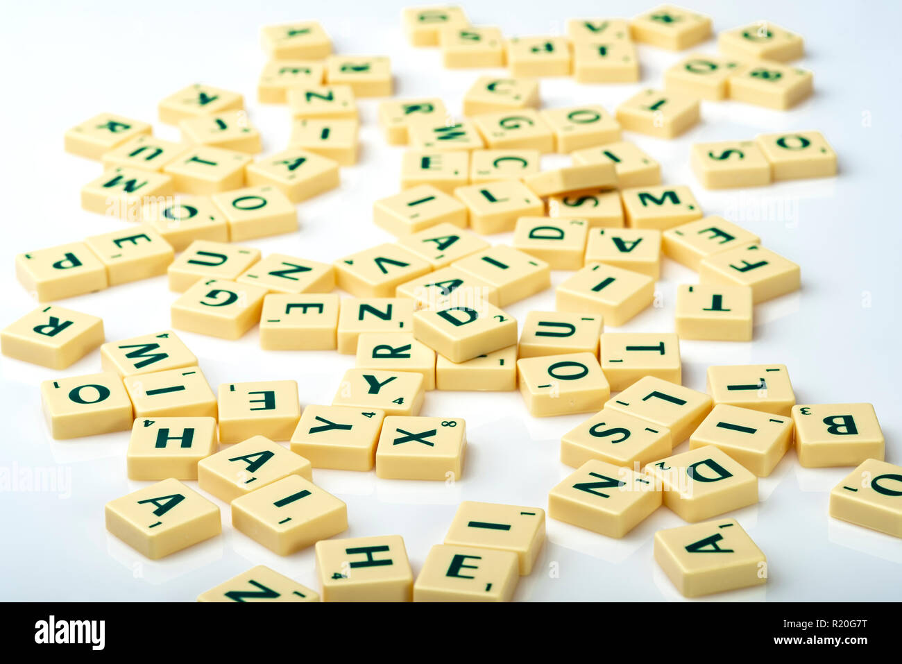 Piastrelle Scrabble buttato giù in un casuale caotica. Confusione, disorganizzato. Immagini Stock