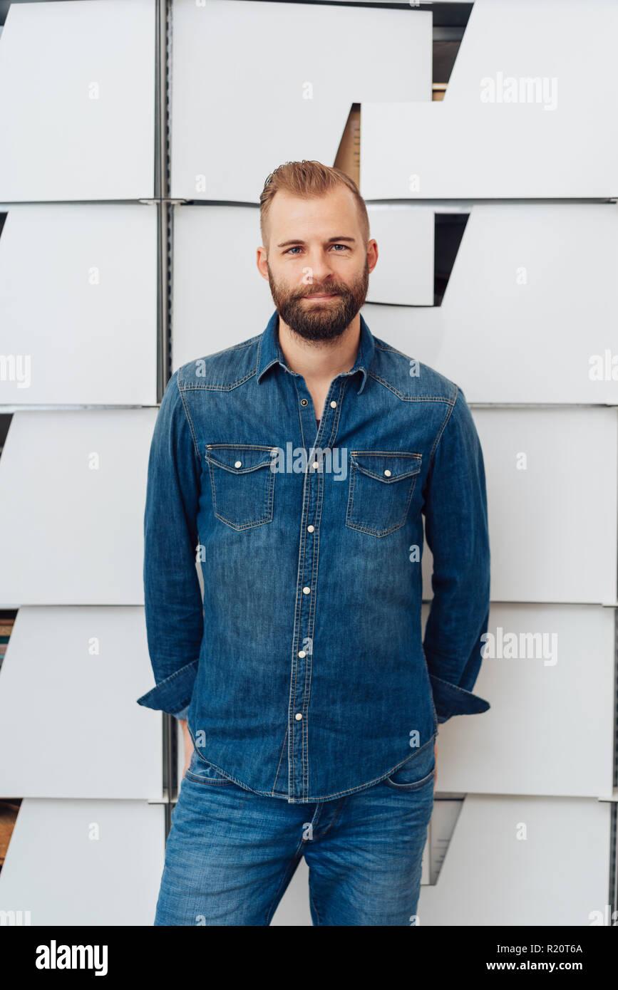 quality design b5da2 15fa3 Bel giovane uomo barbuto in denim blu con camicia e jeans ...