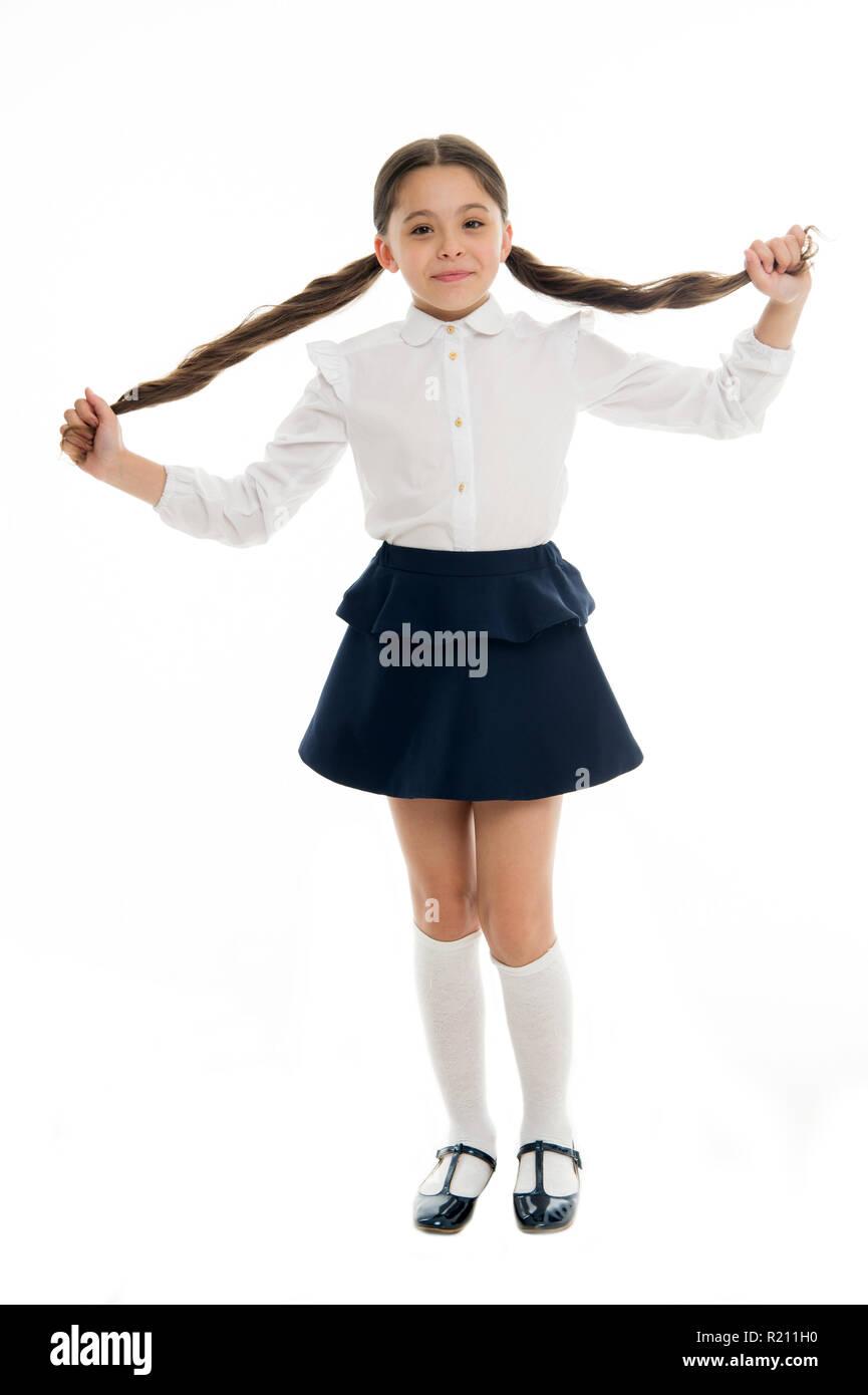 Ha fatto sul mio. Cool torna a scuola acconciature. Splendida tails perfetto per ogni giorno della settimana. Schoolgirl sorridenti allievo lunghi capelli ricci. Per acconciatura schoolgirl bella e facile. Immagini Stock