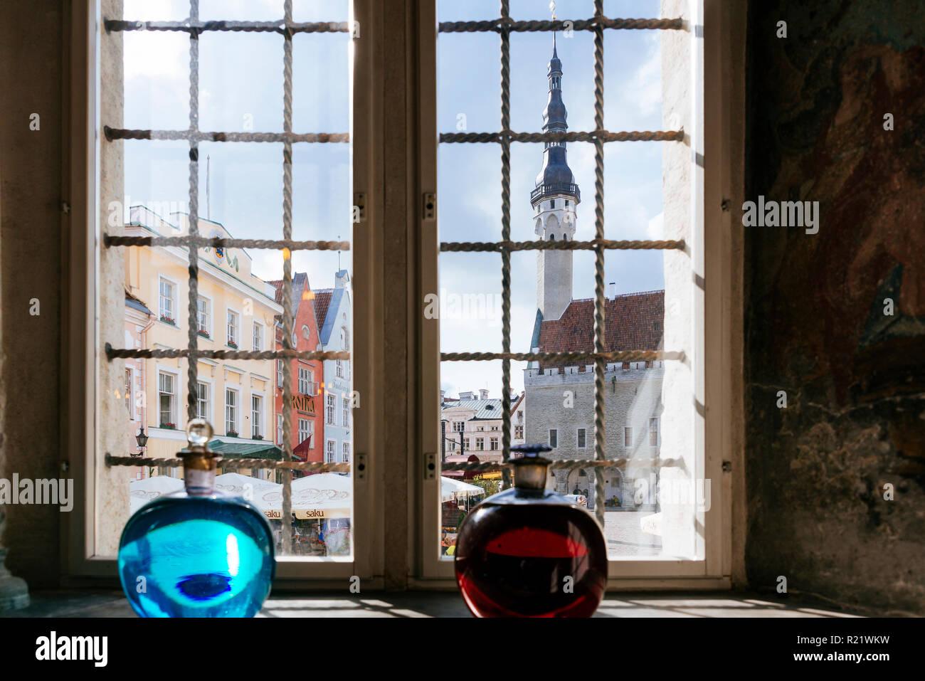 La piazza del municipio si vede da una finestra di farmacia. Tallinn, Harju County, Estonia, paesi baltici, Europa. Foto Stock
