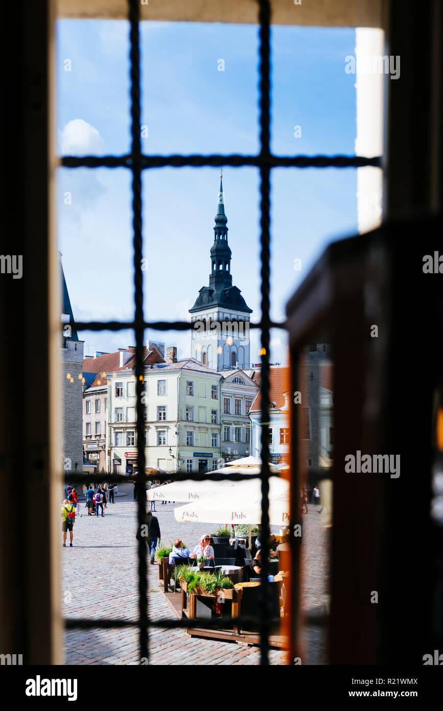 La piazza del municipio si vede da una finestra di farmacia e il campanile della chiesa di San Nicola. Tallinn, Harju County, Estonia, Paesi Baltici, Euro Foto Stock