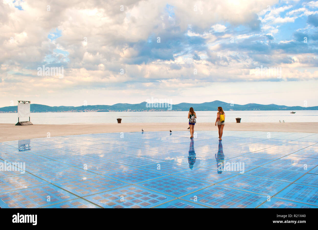Due Ragazze Camminando Sulla Sommità Del Sun Salutation