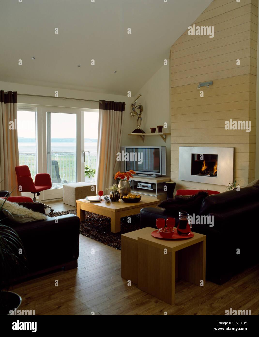 Il pavimento in legno e divani in pelle in costiera moderno ...