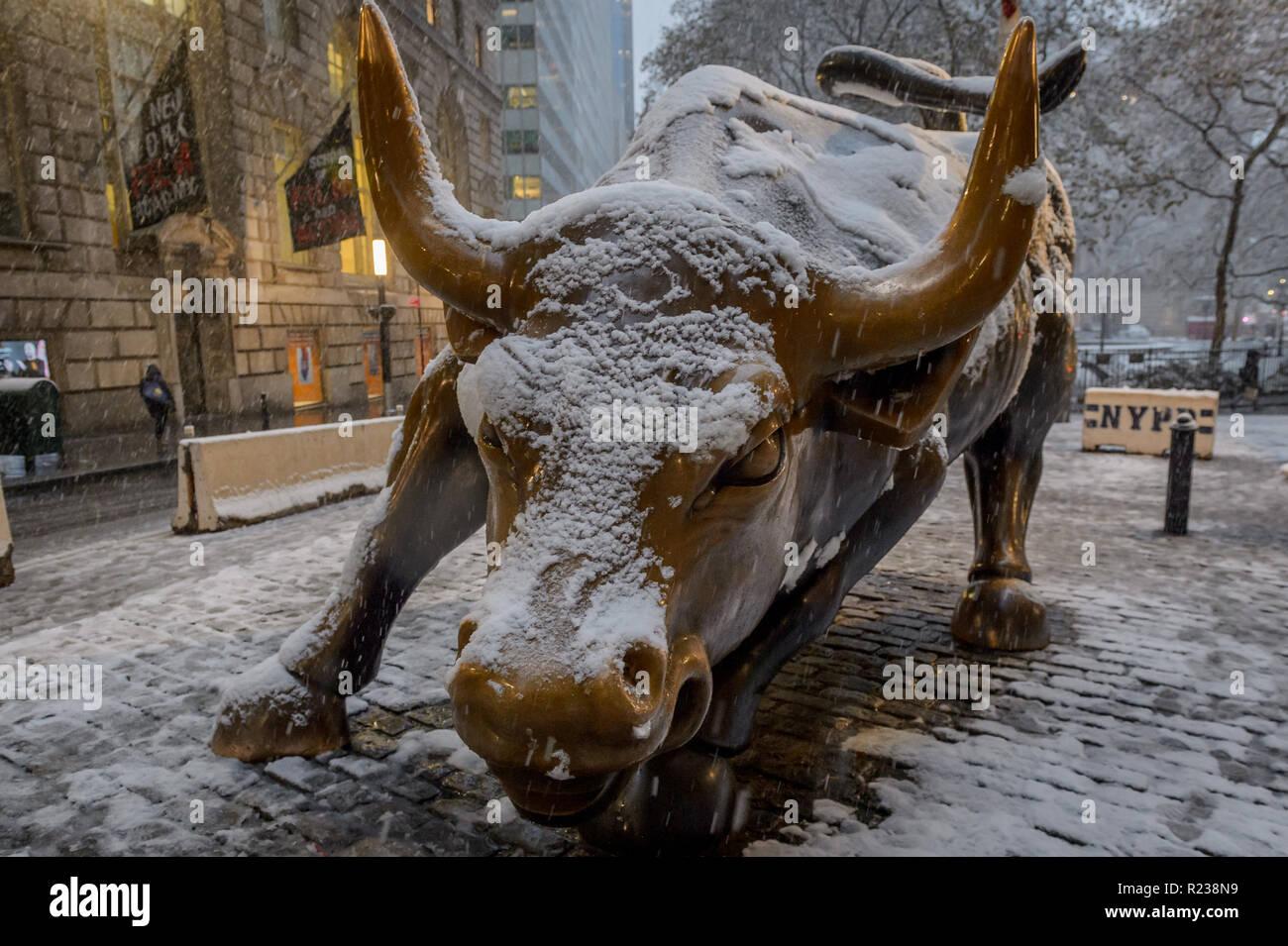 Wall Street Bull Snow Immagini   Wall Street Bull Snow Fotos Stock ... d1965cff6c02