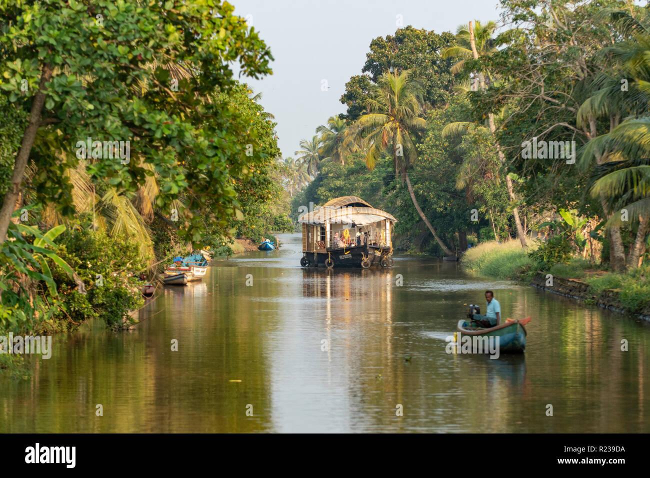 Casa galleggiante sulle acque del Kerala, nei pressi di Alleppey, Kerala, India Immagini Stock