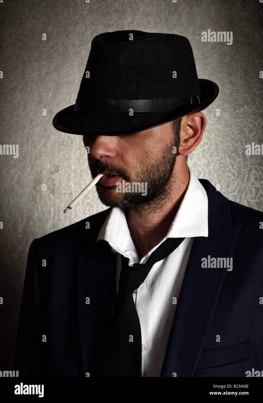 Retrò uomo con il cappello e sigaretta Foto   Immagine Stock ... acb25d93dbaf