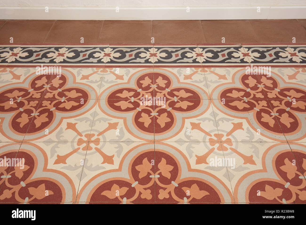 Decorate pavimento piastrellato, stile liberty in un antico appartamento in Italia Immagini Stock