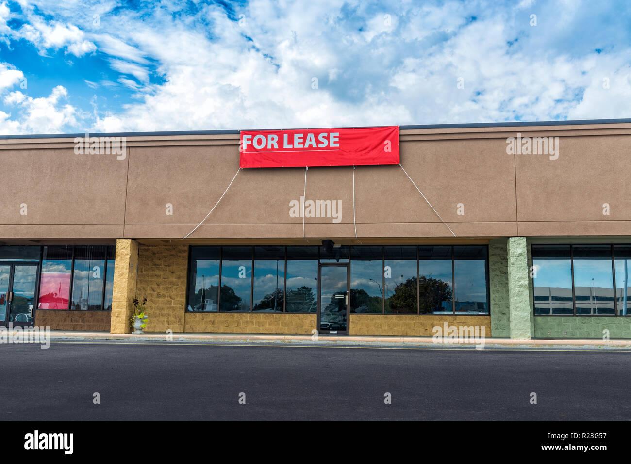 Sevierville, TN / Stati Uniti - 15 Ottobre 2018: Orizzontale shot della vendita al dettaglio lo spazio disponibile in un vecchio nastro shopping center sotto un azzurro cielo nuvoloso. Immagini Stock