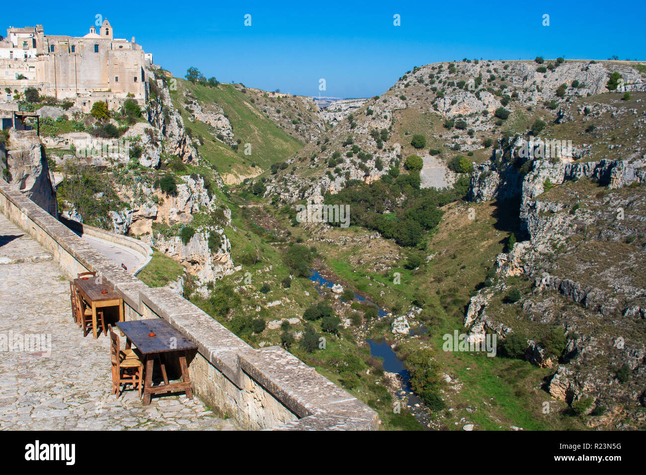 Case Di Pietra E Legno : Antica casa di pietra con uve di albero e vecchi tavoli in legno e