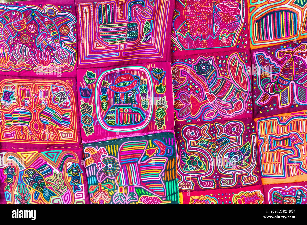 Tradizionale fatto a mano colorata Molas fatta da Kuna indiani e venduto in  Panama City adfc477f170b