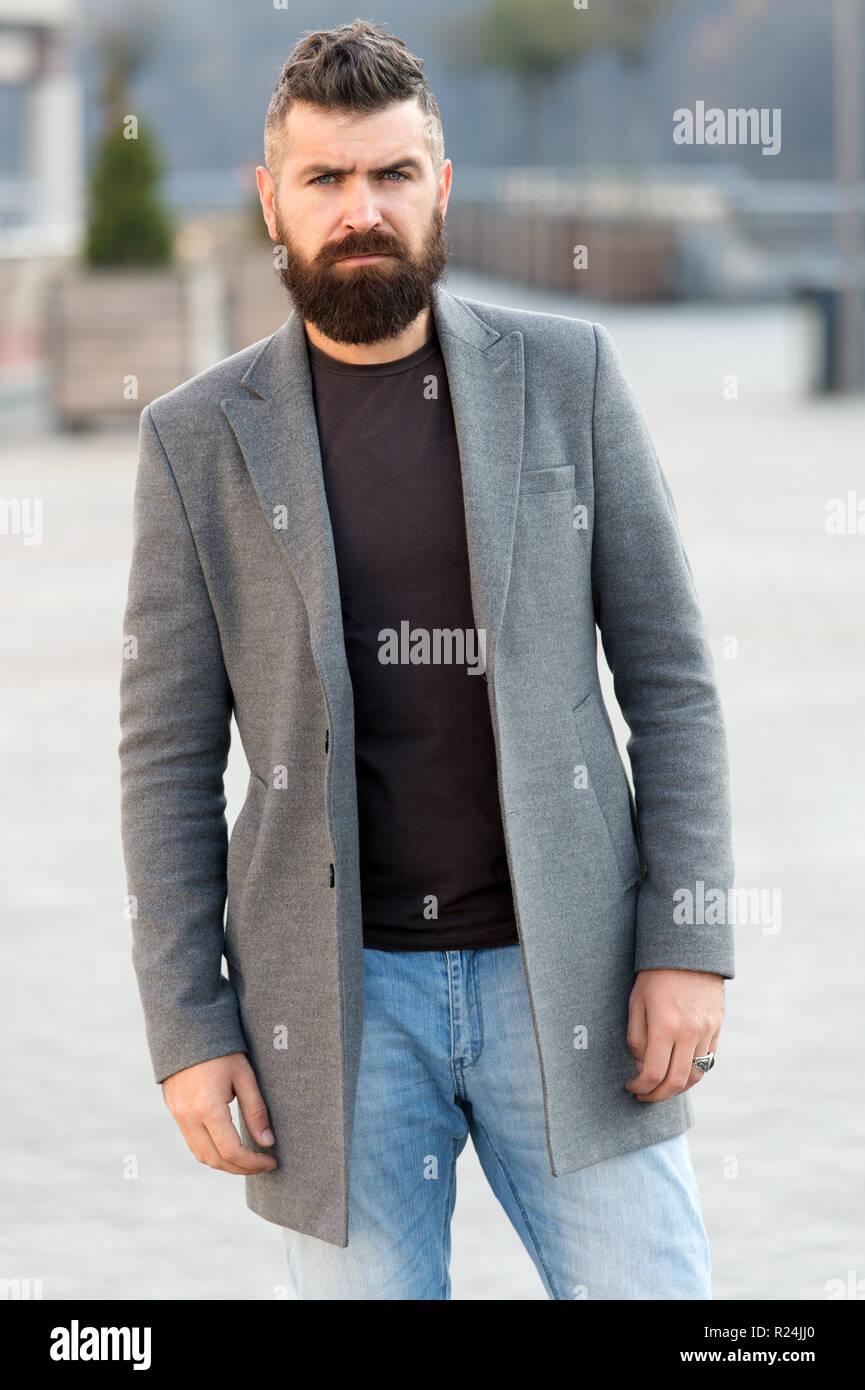 e19c55b99368 barba-moda-e-barbiere-concetto-uomo-barbuto-hipster-elegante-cappotto-alla- moda-barbuto-e-raffreddare-barbiere-suggerimenti-mantenere-la-barba-hipster-  ...