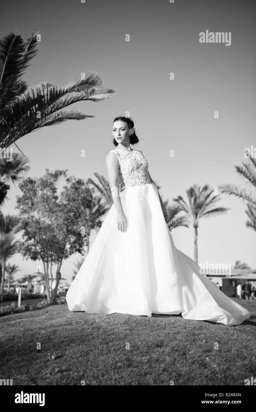 cfe26525649d Sposa bianco di lusso abito da sposa giornata soleggiata tropic natura