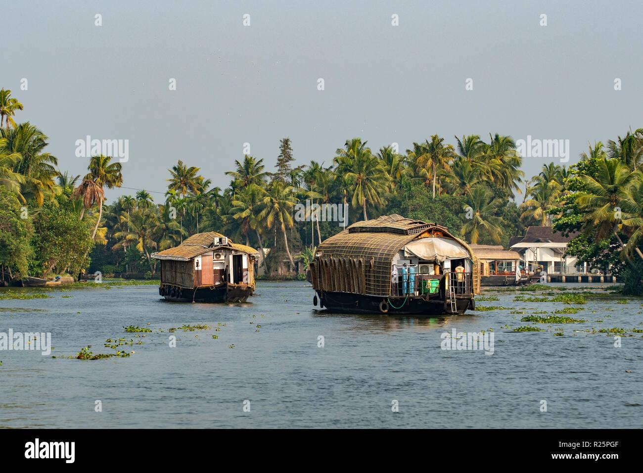 Case galleggianti sulle acque del Kerala, nei pressi di Alleppey, Kerala, India Immagini Stock