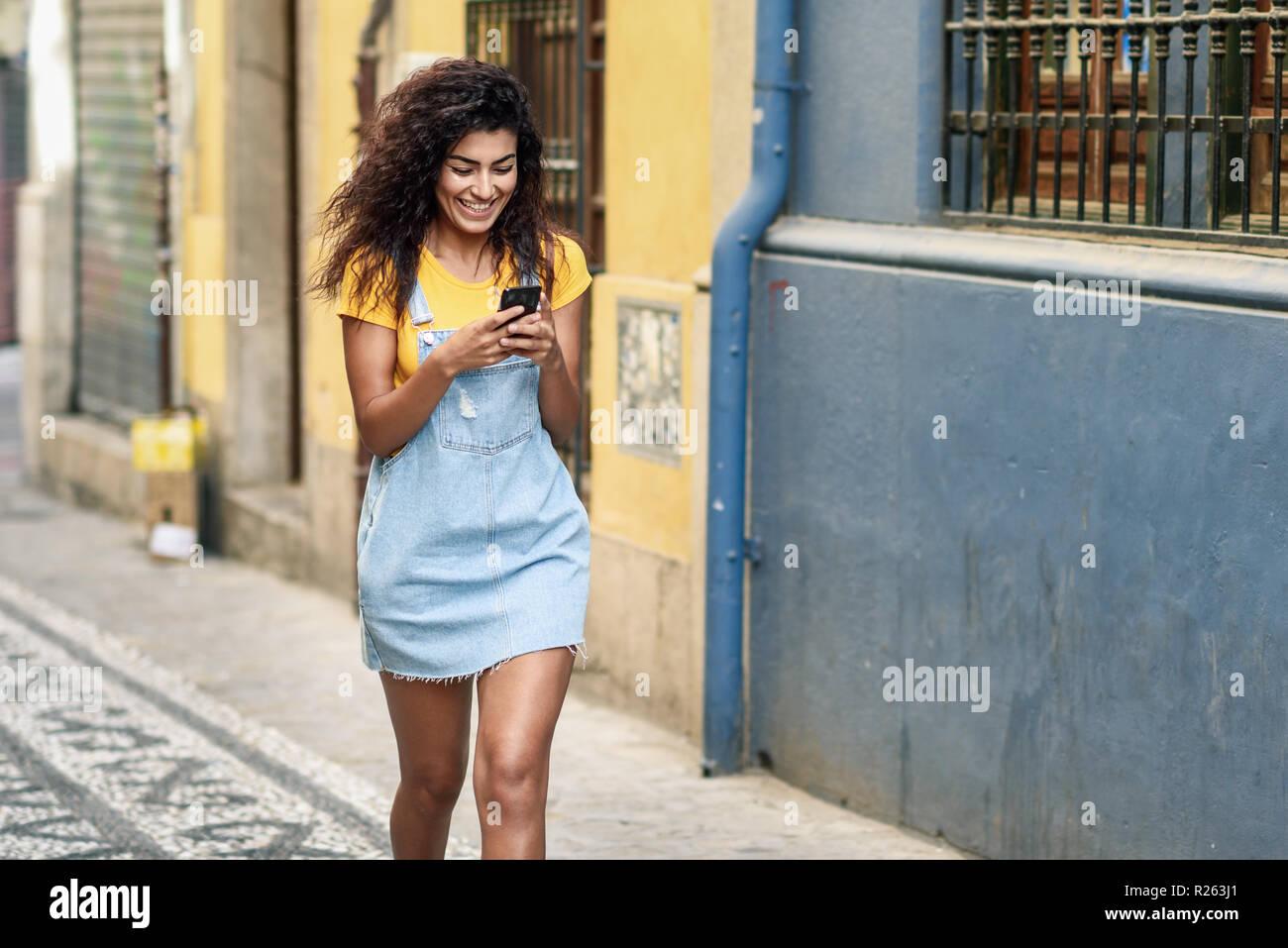 102c70754e Giovane ragazza africana di camminare sulla strada guardando il suo ...