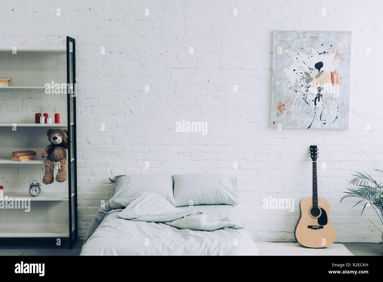 Angolo di alta vista della camera da letto moderna con ripiani ...