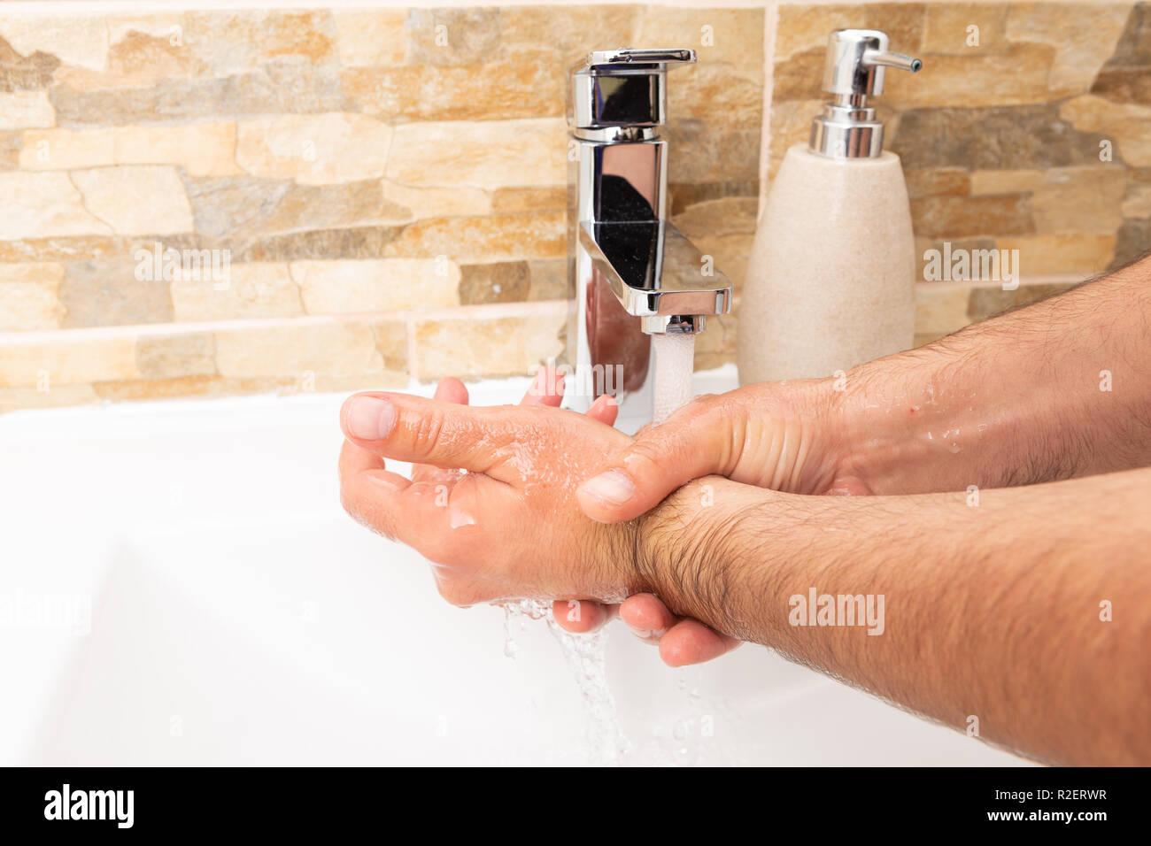 enorme rasata rubinetti